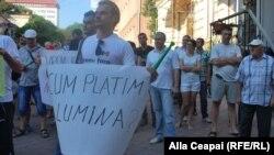 O întrebare a moldovenilor la protestul împotriva scumpirii curentului electric, Chișinău, 22 iulie 2015