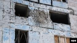 След от минометного снаряда на стене жилого дома. Именно после такого попадания 2 февраля в Авдеевке был ранен британский фотожурналист и погибла хозяйка квартиры, у которой он находился в гостях