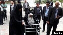 Азам Талегани (в центре), глава организации по защите прав жещин и претендент в кандидаты на пост президента Ирана.