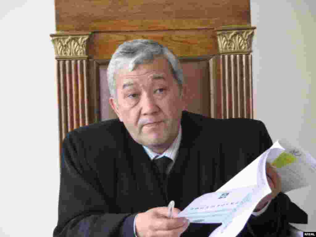 Сот ишине Ленин райондук сотунун судьясы Аман Сариев төрагалык кылууда - Kyrgyzstan -- A Trial of the Former Minister Ishenbay Kadyrbekov, procuror Igor Shuganski Bishkek 20nov2008