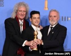 Queen тобунун мүчөлөрү Брайан Мэй, Рожер Тейлор жана актер Рами Малек. 6-январь, 2019-жыл. Лос-Анжелес.