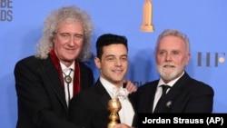 Участники группы Queen Брайан Мэй (слева) и Роджер Тейлор (справа) вместе с Рами Малеком, сыгравшим роль Фредди Меркьюри в фильме «Богемская рапсодия»