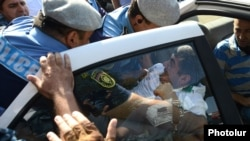 Столкновения между полицией и протестующими против строительства на Комитаса 5, Ереван, 24 августа 2013 г.