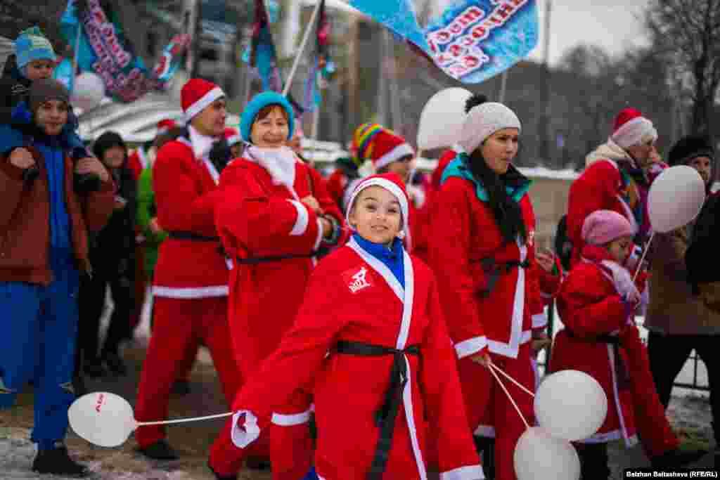 Участники парада Дедов Морозов в этот воскресный день дарили друг другу улыбки.