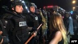 صدها معترض با تجمع در خیابانهای شهر شارلوت، شعارهایی مانند «جان سیاهان اهمیت دارد» سر دادند.