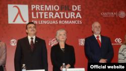 Juriul de la Guadalajara anunțînd laureatul Premiului FIL 2016 (© Cortesía FIL Guadalajara/ Jorge Barrágan)