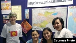 Профессор университета Саарланд Айсада Үчүгонова и кыргызские студенты данного вуза. Германия
