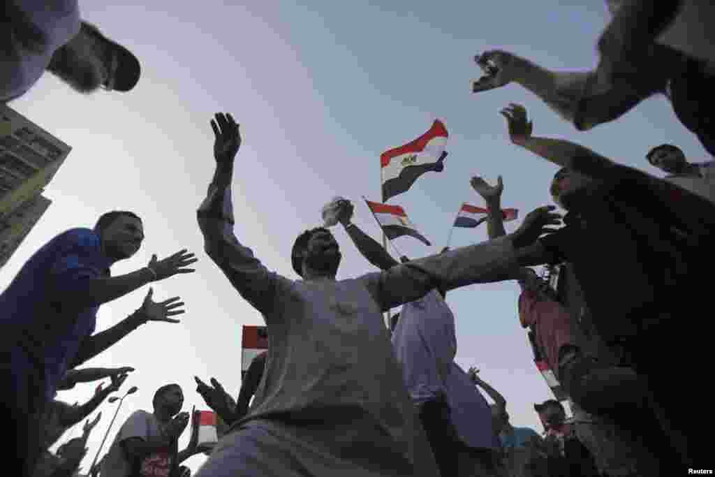 شادمانی مخالفان محمد مرسی پس از برکنار شدن وی از قدرت توسط ارتش- قاهره، ۱۲ تیرماه ۱۳۹۲