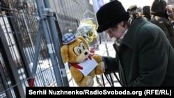 Кияни несуть квіти і іграшки до будівлі посольства Росії в пам'ять загиблих в пожежі в Кемерово. Київ, 26 березня 2018 року