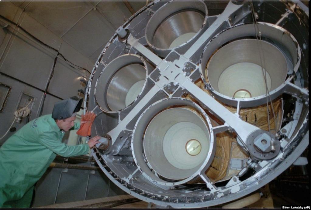 Инженер разбирает ракету СС-19 на специальной станции по уничтожению ракет в Днепропетровске 26 июля 1996 года. Станция была построена на деньги США