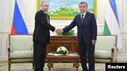 Владимир Путиндин Самаркандда Өзбекстандын өкмөт башчысы Шавкат Мирзияев менен жолугуусу.