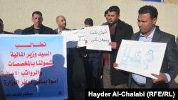 موظفون محتجون في بابل
