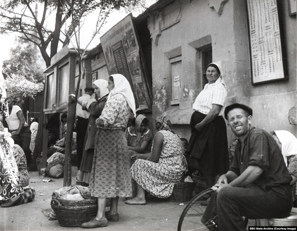 Residents of Odesa at a public transport stop in 1963.