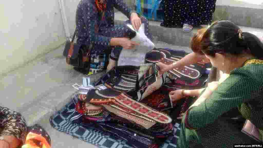 Уличные продавцы традиционной туркменской вышивки на платье