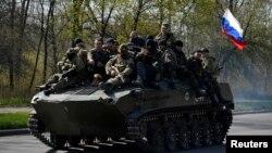 Озброєні чоловіки з георгіївськими стрічками на легко-броньованій техніці в'їжджають в Краматорськ, 16 квітня 2014 року