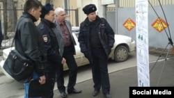 Полиция һәм хәрби комиссариат хезмәткәрләре баннерны карый