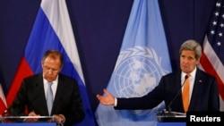 جان کری (سمت راست) و سرگئی لاوروف در یک کنفرانس خبری پس از مذاکرات وین.