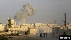 Столб дыма от атаки в сирийской провинции Идлиб, предположительно, российской авиации. 24 октября 2015 года.