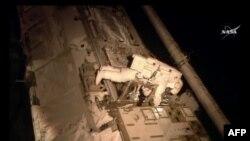Astronauti Scott Kelly gjatë shëtitjes inspektuese jashtë Stacionit Ndërkombëtar të Gjithësisë