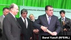 Tacikistan prezidenti İmamoli Rahmon Ağa Xanla birlikdə Tacikistanla Əfqanıstanı birləşdirəcək yeni körpünün təməlini qoyur, 2011