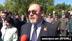 Посол РФ в Армении Иван Волынкин в Парке Победы в Ереване, 9 мая 2016 года.