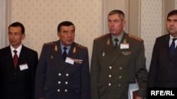 Зокир Алматов (чапдан иккинчи) 2005 йилги Андижон қирғини учун асосий масъуллардан бири сифатида ЕИ санкциялари рўйхатига киритилган эди.