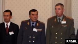 Закир Алматов (ортада) Өзбекстан ішкі істер министрі кезінде. Ташкент, 2005 жыл.