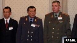 Бывший министр внутренних дел Узбекистана Закир Алматов (второй слева) был снят с должности спустя год после Андижанских событий.