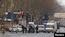 Полицајци пред седиштето на полицијата во Истанбул.