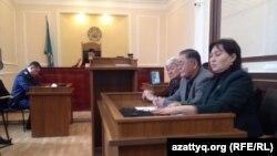 Заседание суда в Астане об условно-досрочном освобождении Ержана Утембаева. Справа налево: активист Маржан Аспандиярова, Рысбек Сарсенбайулы и Толеген Жукеев. Астана, 7 ноября 2014 года.