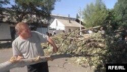 На юге Киргизии стали постепенно разбирать баррикады