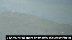 ჩორჩანის ტყეში სამხრეთ ოსეთის დე ფაქტო რესპუბლიკის ორი დროშა ფრიალებს