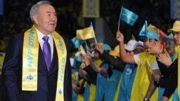 Президент Казахстана Нурсултан Назарбаев прибывает на форум своей партии «Нур Отан» на следующий день после парламентских выборов. Астана, 16 января 2012 года.