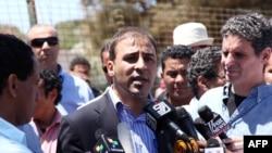 Ливия үкіметінің өкілі Мұса Ибрахим (ортада) журналистерге сұқбат беріп тұр. Триполи, 12 мамыр 2011 ж.