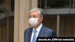 Президент Казахстана Касым-Жомарт Токаев в защитной маске.