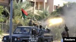 نیروهای مخالف قذافی در محله ابوسلیم طرابلس. ۲۵ اوت ۲۰۱۱.