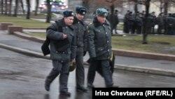 На Театральной площади уже около сотни сотрудников полиции