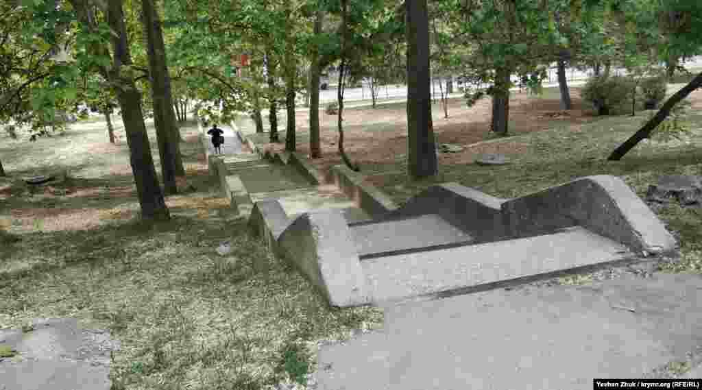 Із двору, що потопає в зелені старих дерев, спускаються сходи в невеликий скверик між вулицями Макарова та Варшавська