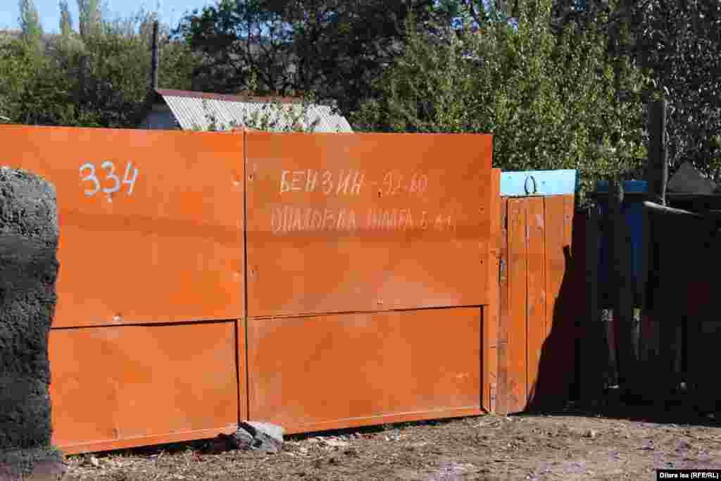 Надпись на воротах частного дома. Это своего рода рекламное объявление: в этом дворе продают бензин и сдают в аренду опалубку для фундамента.