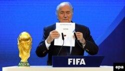 Президент ФИФА Йозеф Блаттер объявляет о победе Катара в борьбе за право проведения чемпионата мира по футболу 2022 года