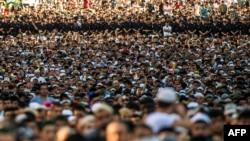 Ramazan Bayramı ərəfəsində Moskvada namaz qılan müsəlmanlar (Arxiv fotosu)