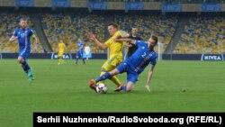 Євген Коноплянка (в центрі в жовтій формі) не зміг забити ісландцям вирішальний пенальті