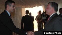 На снимке: король Иордании Абдалла II принимает в своем шатре молодых чеченцев