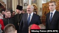 Аляксандар Лукашэнка з сынам Мікалаем на Вялікдзень у вёсцы Новыя Ляды