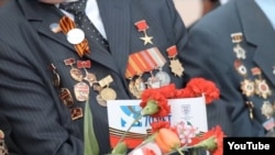 The video shows Soviet Red Army veterans wearing their medals.