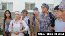 Cотталған азаматтардың туыстары. Атырау, 13 тамыз 2012 жыл.