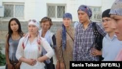 Cотталған азаматтардың туыстары сот шешіміне наразылық білдірді. Атырау, 13 тамыз 2012 жыл.