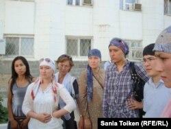 Жены осужденных девяти жителей Атырау по обвинению в организации преступной группировки. Атырау, 13 августа 2012 года.