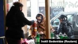 Дабрачынная арганізацыя раздае ежу і напоі ў Тбілісі 18 сакавіка 2020