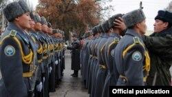 Кыргыз армиясы. (Сүрөттүн макалага тиешеси жок)